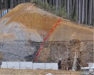 田口西方の町道付け替え工事の法面に削りだされた東西走向の断層露頭